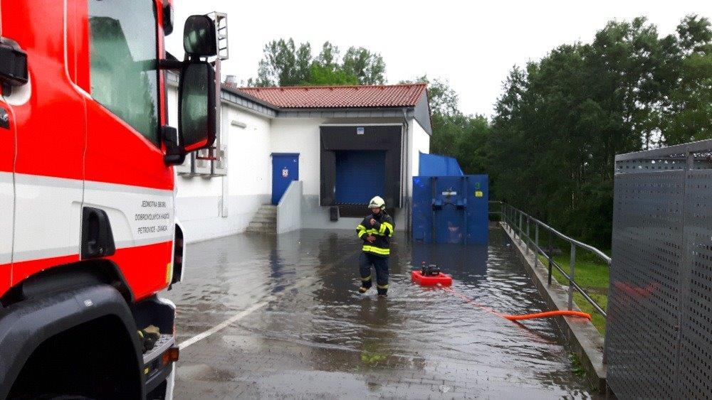 Hasiči v Havířově čerpají vodu ze zaplaveného supermarketu