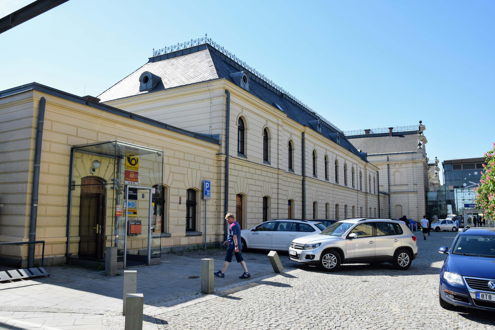 Původní výpravní budova nádraží Ostrava-Svinov, dnes zázemí pro provoz dráhy