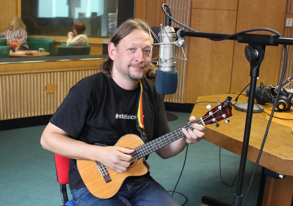 Písničkář René Souček hraje na ukulele