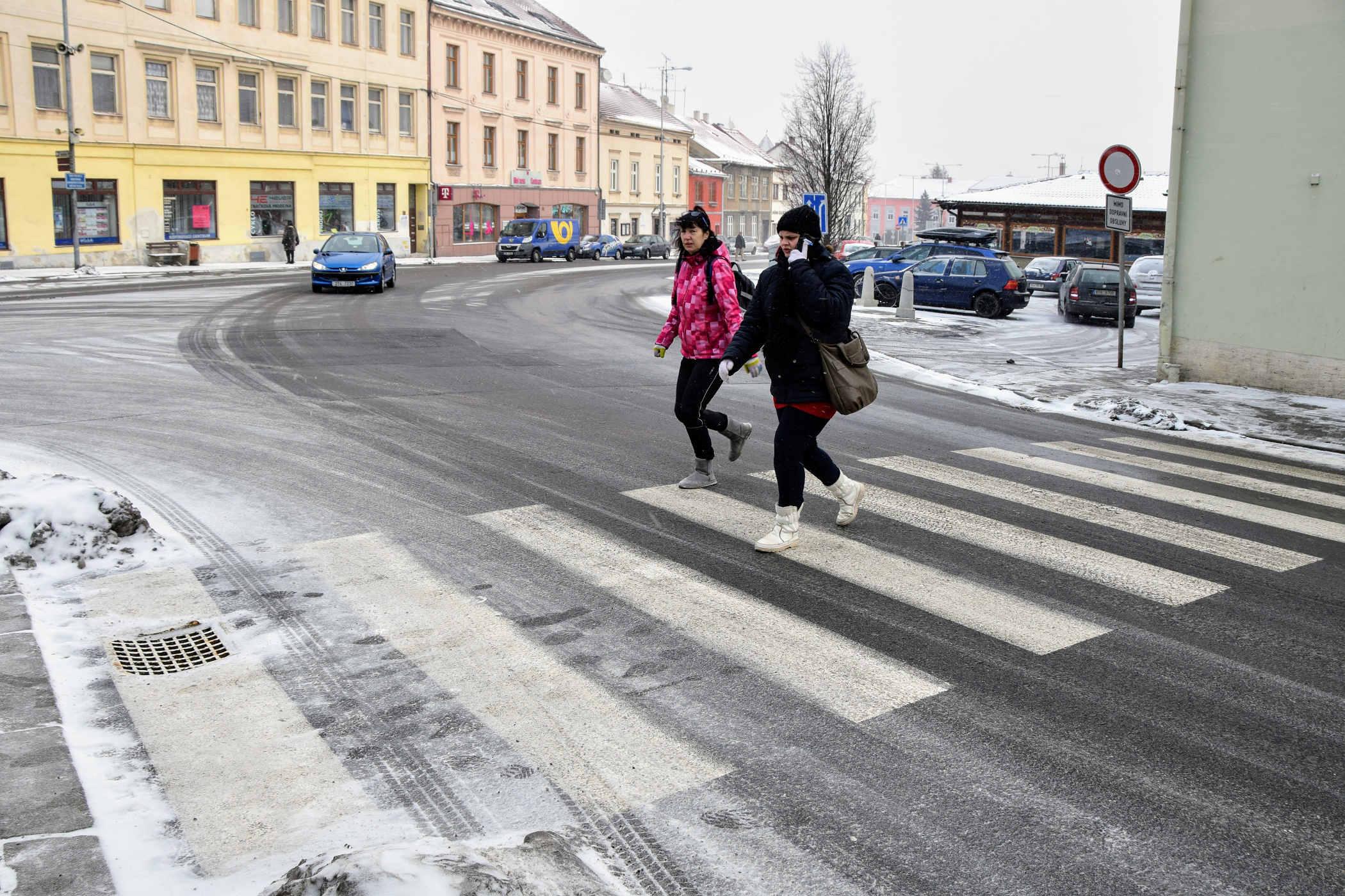 Nebezpečný přechod pro chodce - řidiči jedoucí z ulice Generála Hlaďo někdy chodce přehlédnou