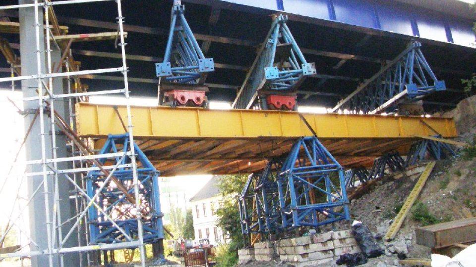 Zajištění mostu nad tratí ve Studénce
