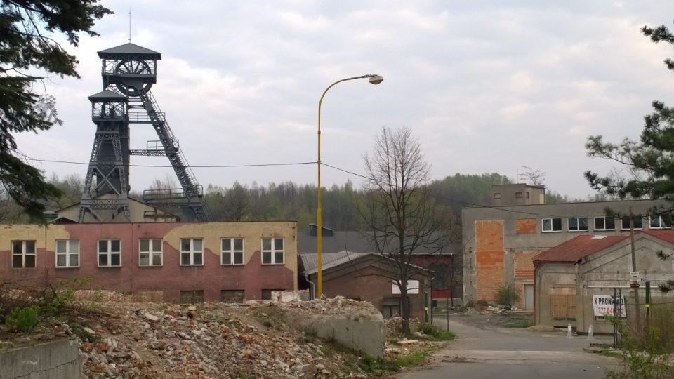 Opuštěný areál dolu Petr Bezruč, halda Ema se rýsuje v pozadí