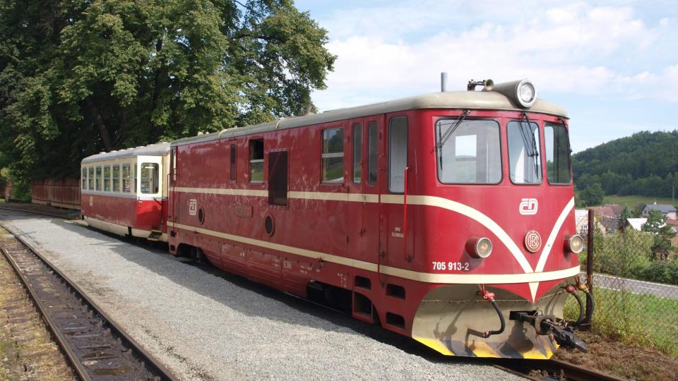 Jedna ze souprav, které po trati jezdí celoročně, tažená lokomotivou řady 705.9