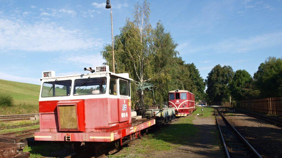 Drezína (MUV) upravená pro jízdu po úzkorozchodné trati