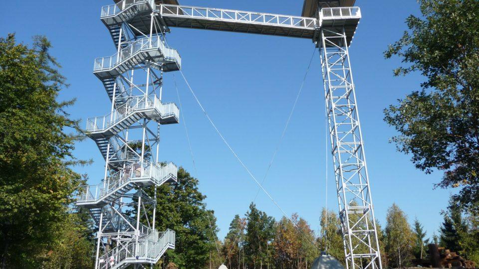 Základ rozhledny tvoří dvě staré telekomunikační věže