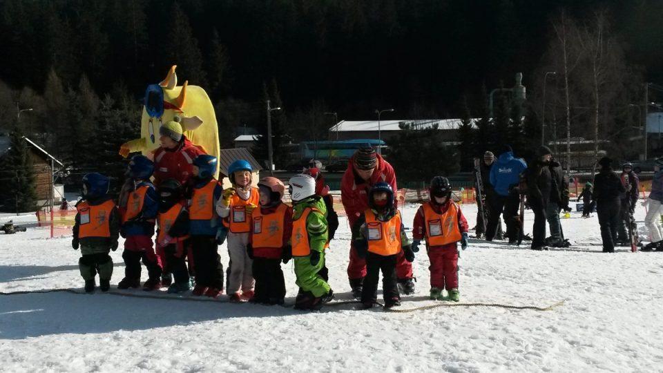 Skupinka nejmladších lyžařů