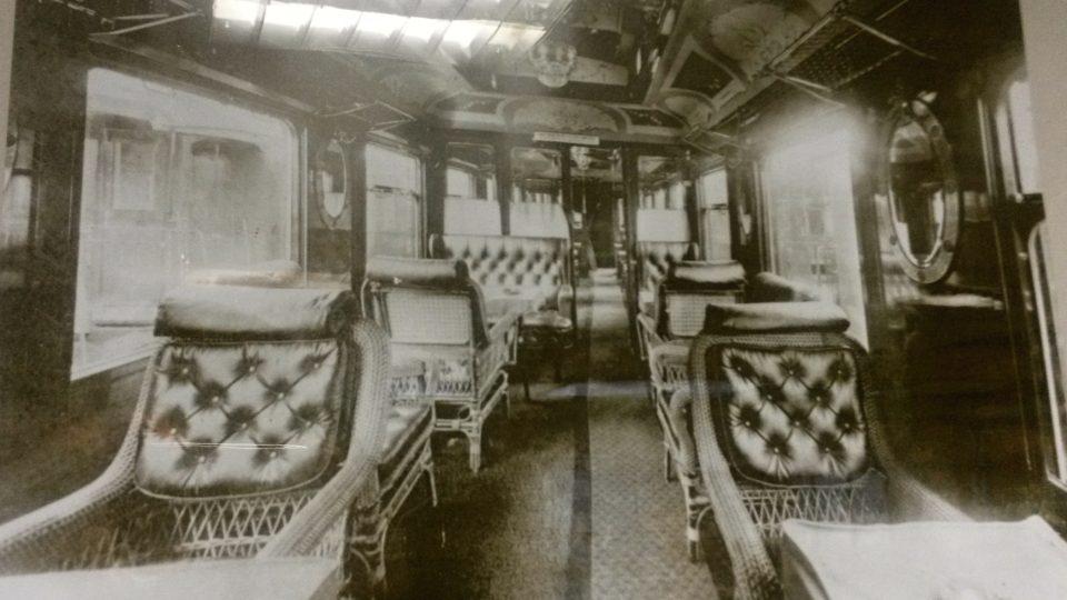 Interiéry luxusních železničních vozů zachycují dobové fotografie