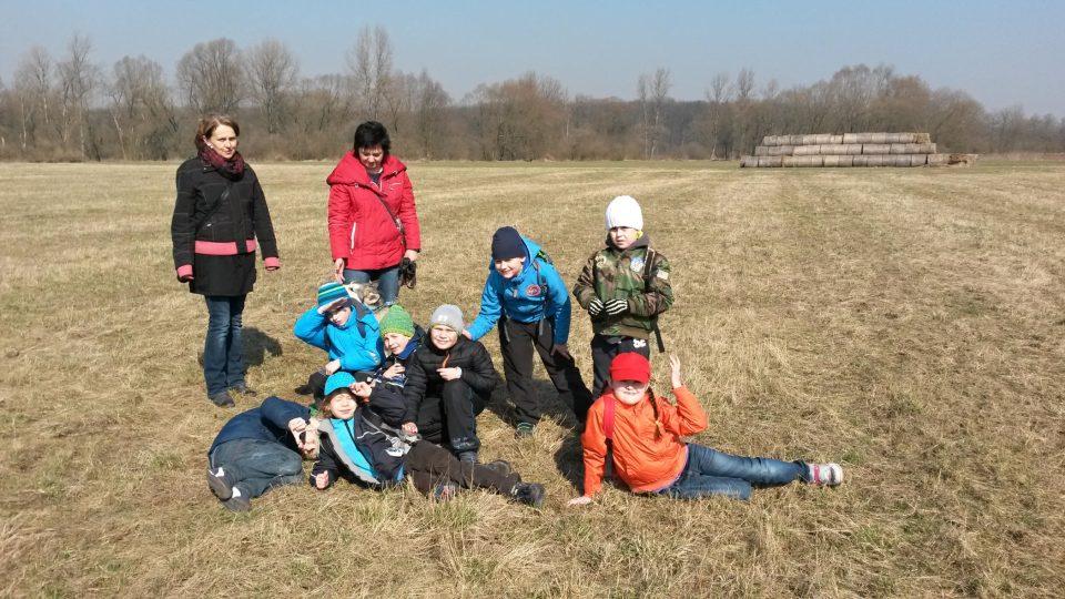 V rámci výuky prvouky jsme na vycházce zastihli děti s učitelkami z ostravské ZŠ logopedické v Hrabůvce