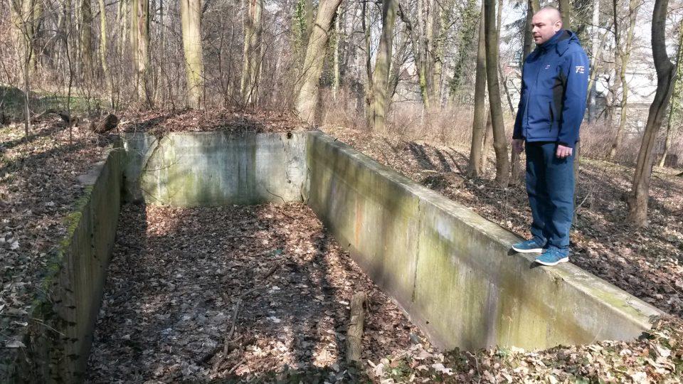 Historik novojičínského muzea Radek Polách u zbytků někdejšího bazénu