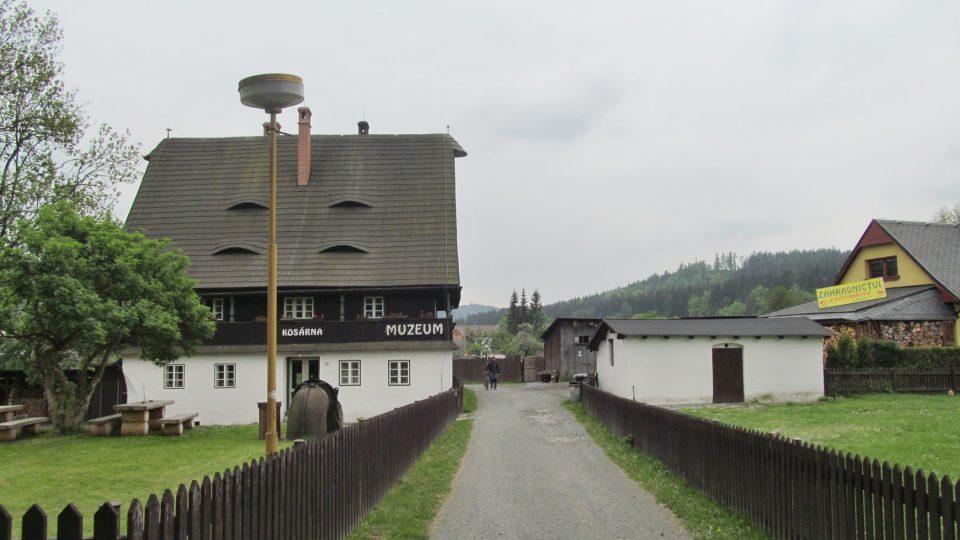 Kosárna stojí přímo uprostřed obce Karlovice