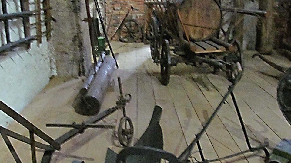 Stodola s expozicí starého zemědělského nářadí a strojů