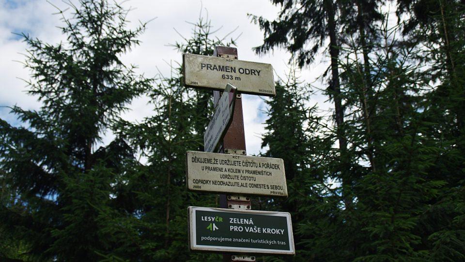 Ačkoli sem vede cesta z Kozlova téměř po rovině, je pramen ve výšce 633 metrů