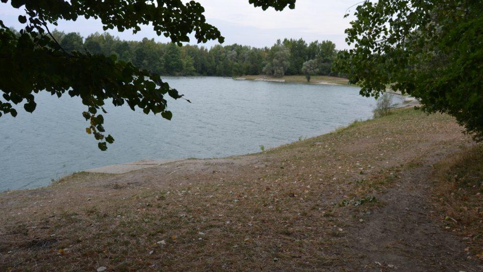 Na Kališově jezeře je spousta míst, kam si lehnout na deku