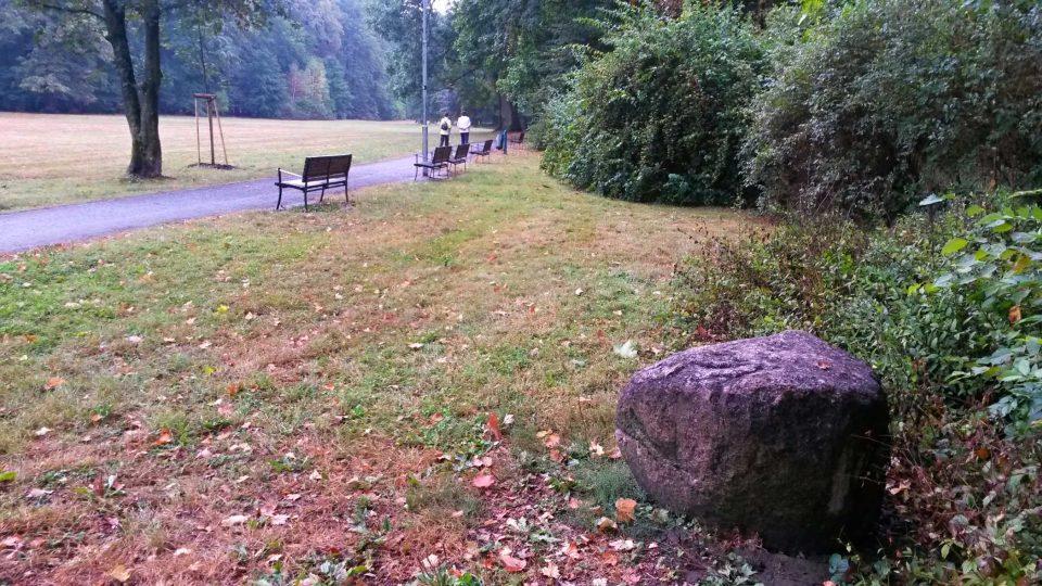 Bludné balvany v parku označují místa, kde jsou pohřbeni koně