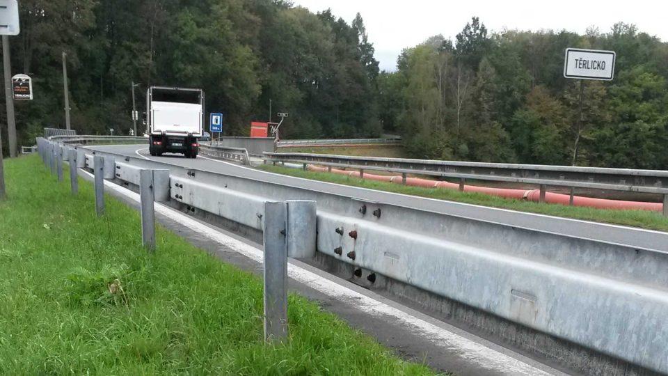 Rušná silnice u Těrlické přehrady