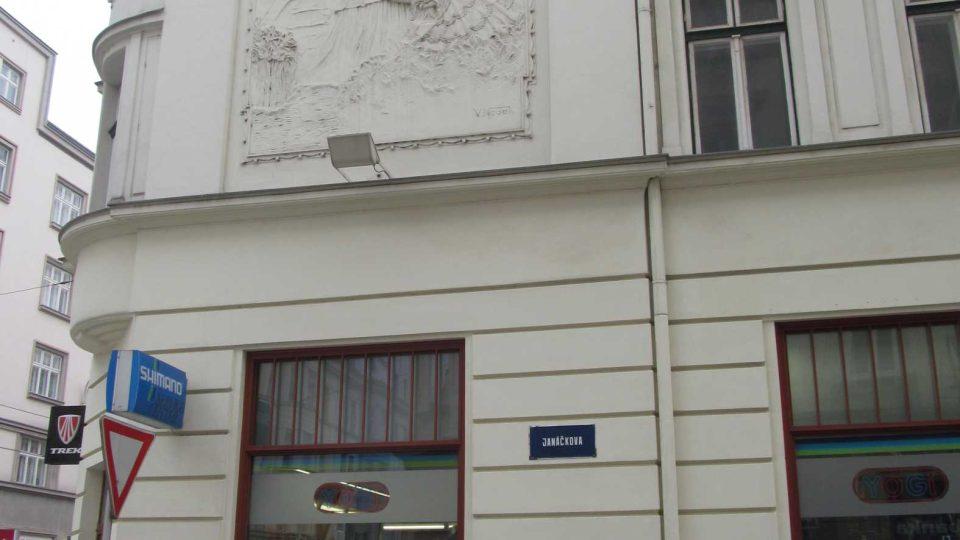 V Janáčkově ulici pohleďte vzhůru - tento secesní výjev je v Ostravě celkem ojedinělý