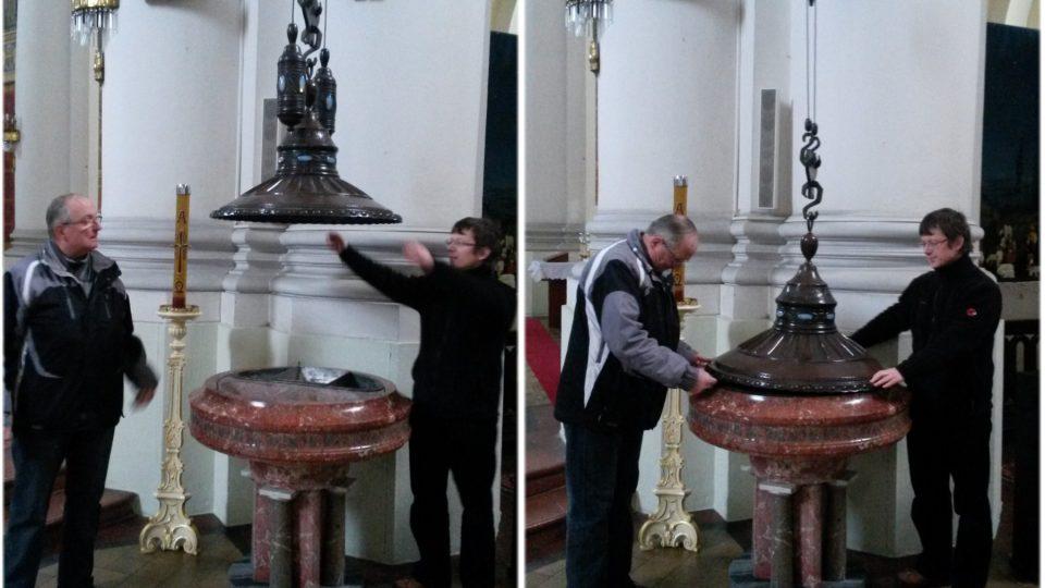 Farář Vladimír Schmidt (vpravo) a jáhen a průvodce Jan Breník předvádějí unikátní kladkový systém křtitelnice