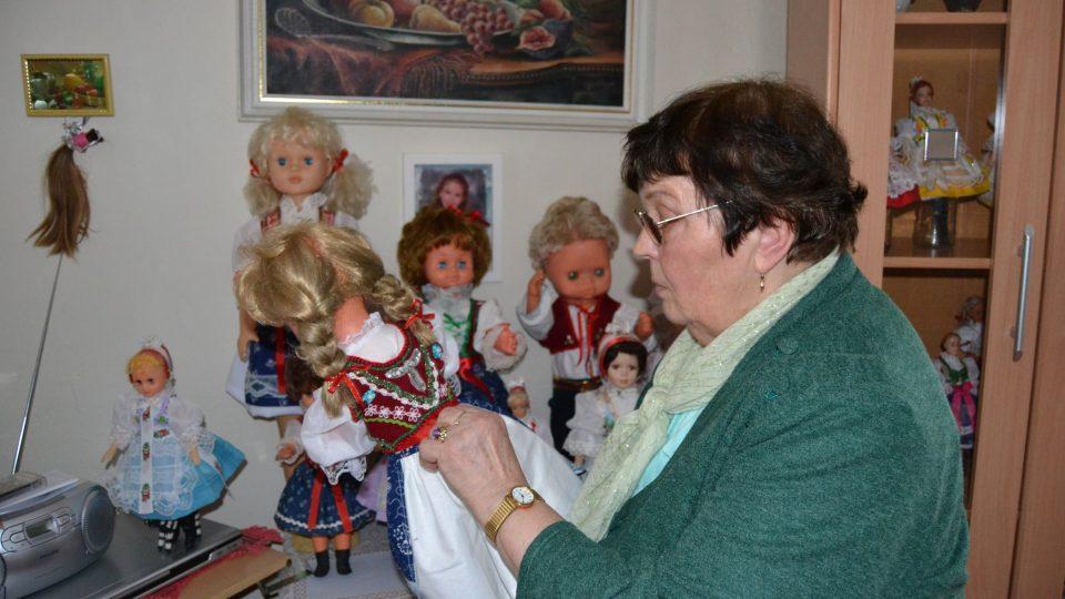Kroje na panenky šije ve Veřovicích paní Anička Bartoňová
