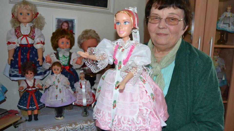 Paní Anička Bartoňová s panenkami