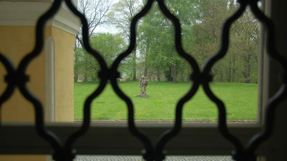 Průhled z velkého sálu do parku zámku