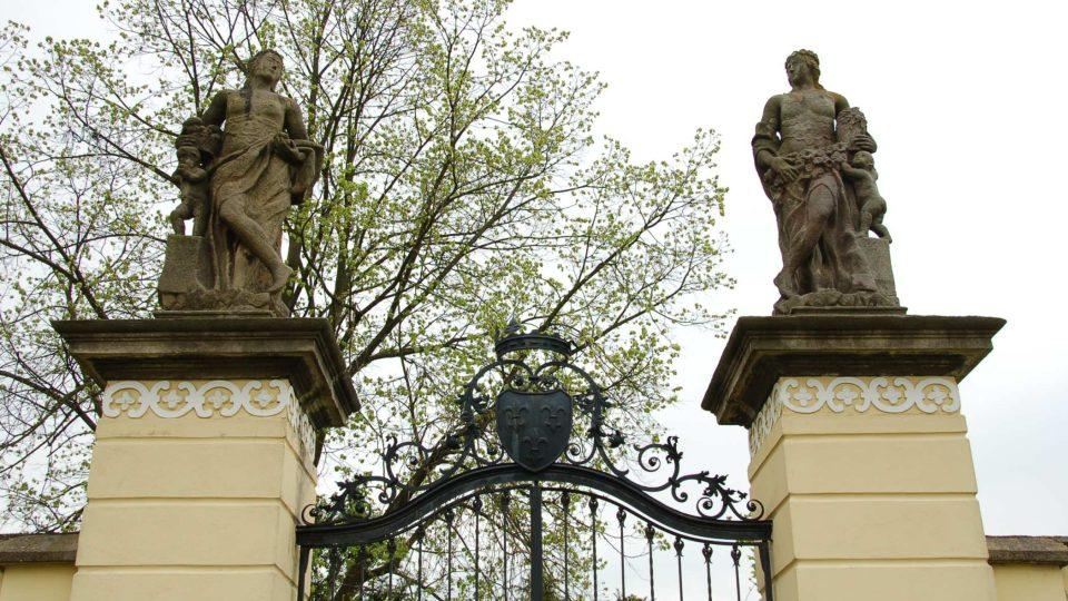 Sochy v parku u zámku