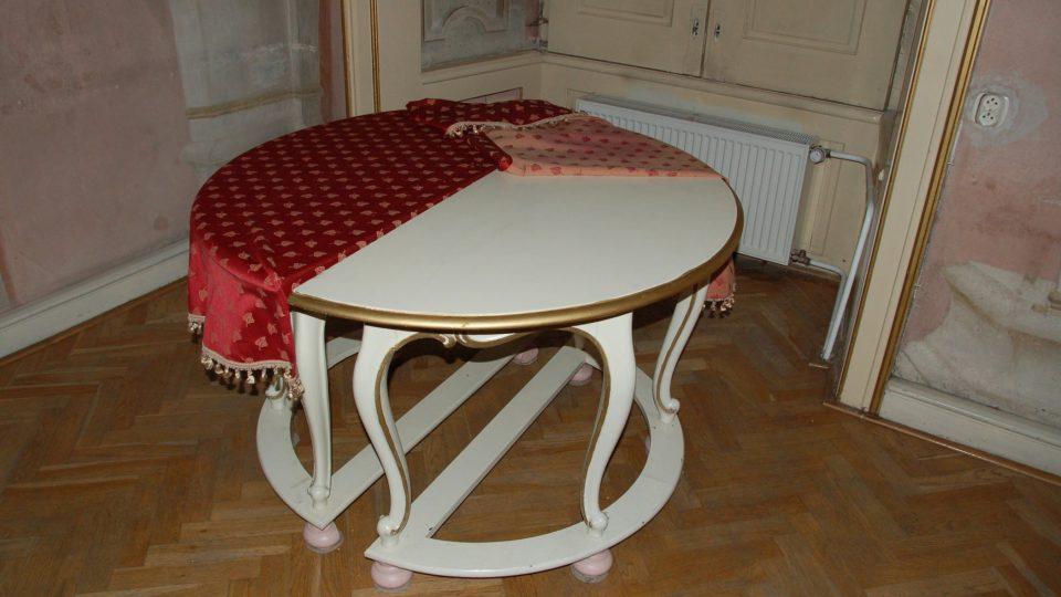 Původní stůl ve velkém sále