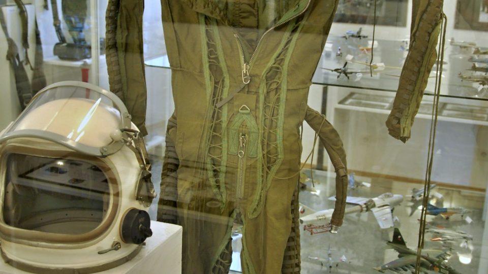 Antigravitační oblek na výstavě k 70 letům leteckých pluků v příborském muzeu