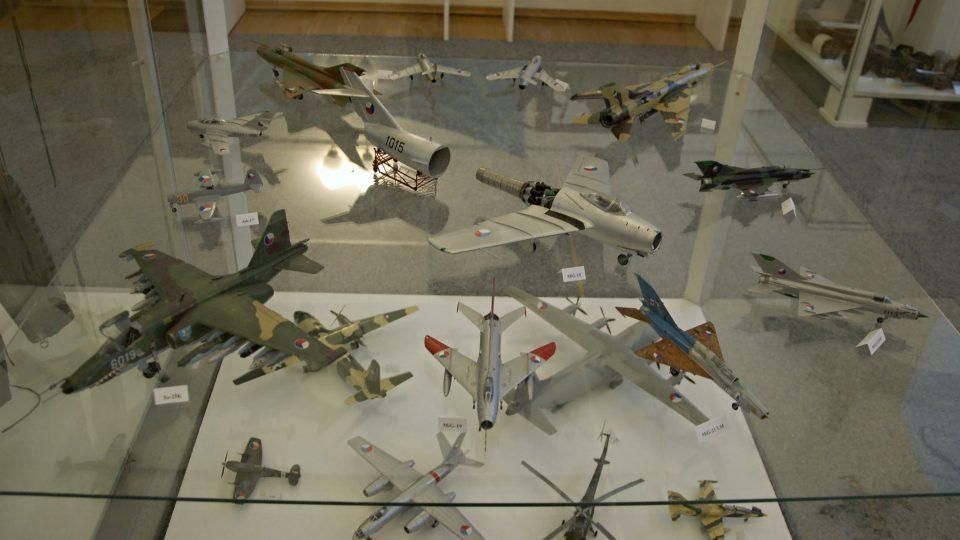 Modely letadel na výstavě k 70 letům leteckých pluků v příborském muzeu