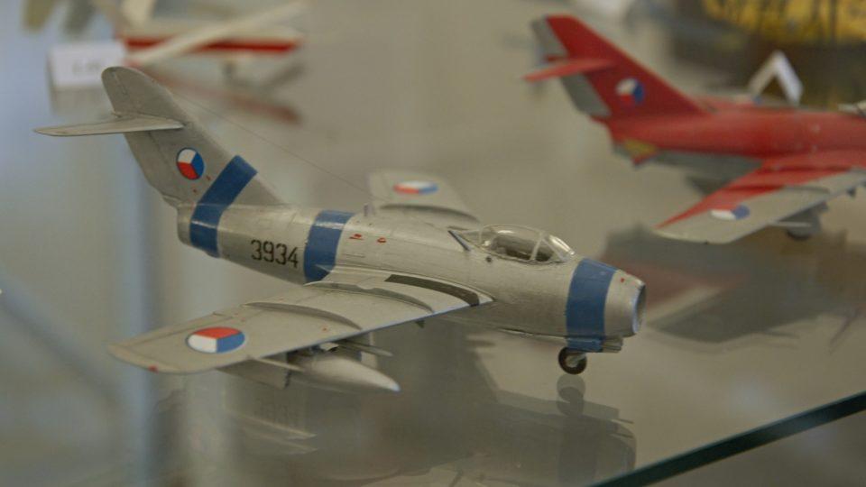 Model letadla MiG-15 na výstavě k 70 letům leteckých pluků v příborském muzeu