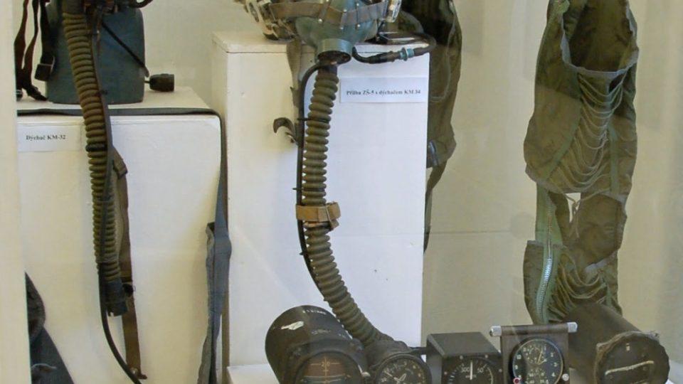 Letecké přístroje na výstavě k 70 letům leteckých pluků v příborském muzeu