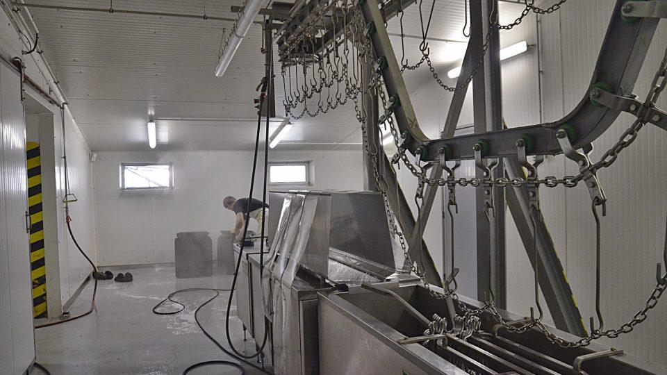 Linka na zpracování kuřat jede jen dva dny v týdnu