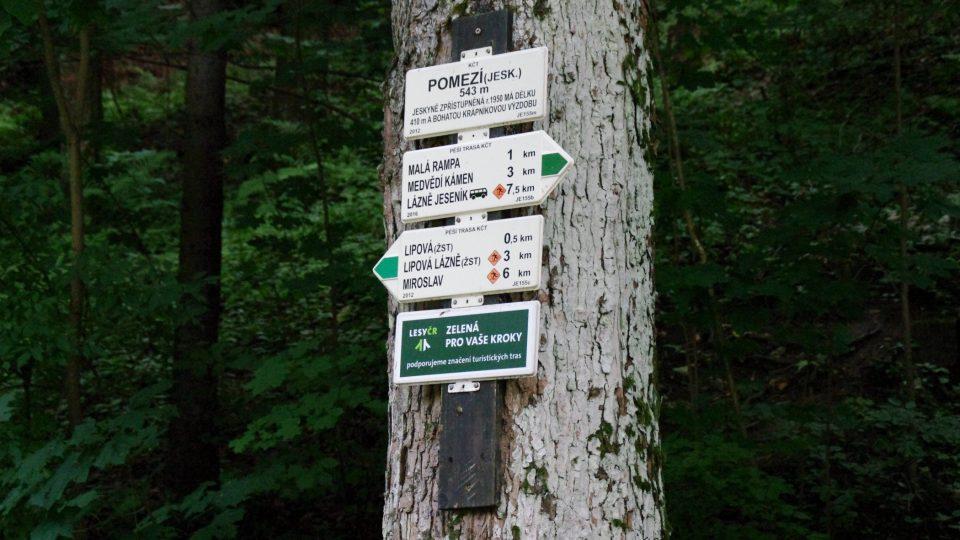 K jeskyním se dá vydat i pěšky z Lipové-Lázní