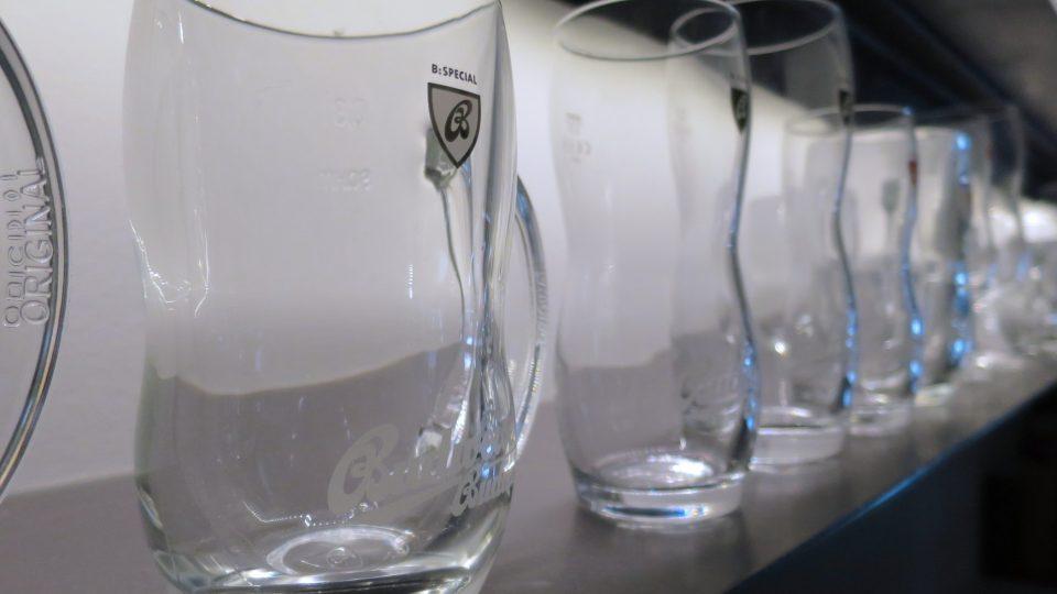 Každých pět let velké pivovary a výrobci nealko nápojů nechávají vyrábět milionové série nových sklenic