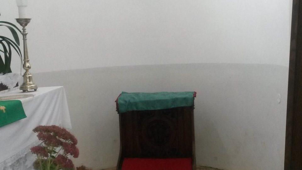 V boční kapli je původní podlaha, nedá se na ni vůbec klečet