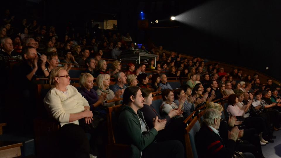 Spokojené publikum. Najdete se?