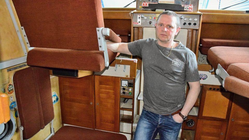 Radim Zátopek v kabině nástavby Tatry kolem světa