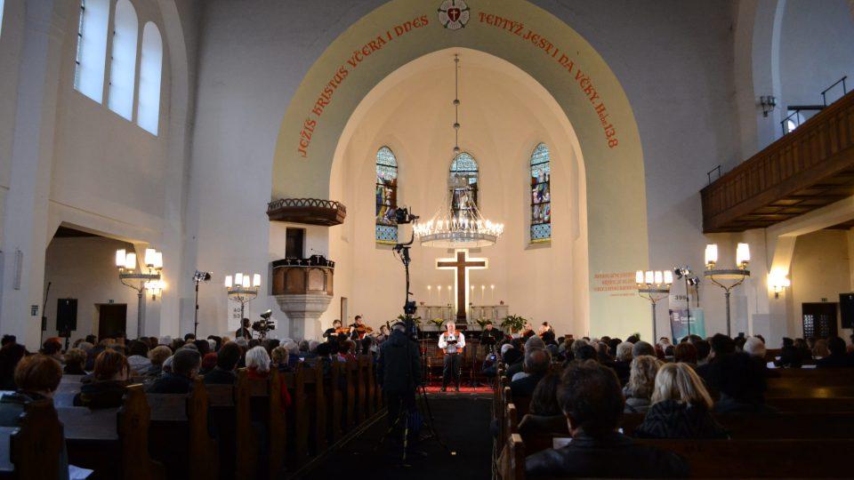 V Evangelickém Kristově kostele (Jan Zaviačič uprostřed)