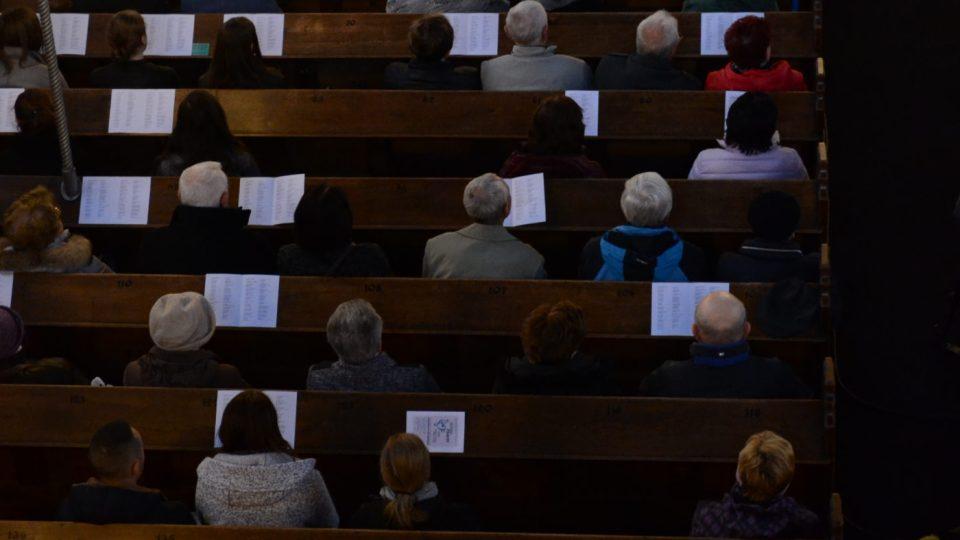 Lidé se svými 'zpěvníčky'