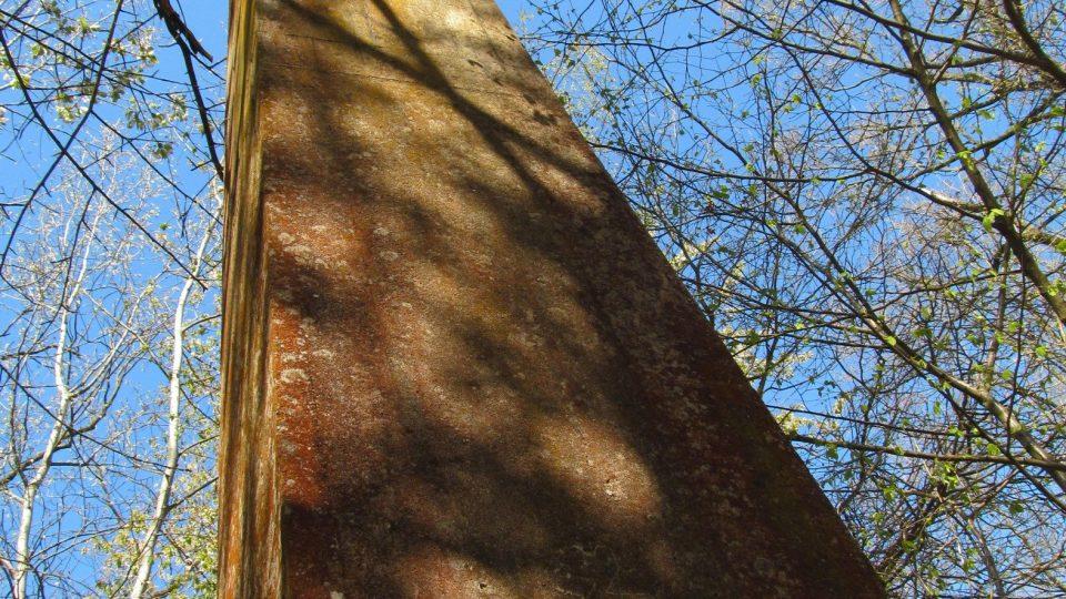 Železobetonová stéla se tyčí do výšky sedmi metrů nad zemí