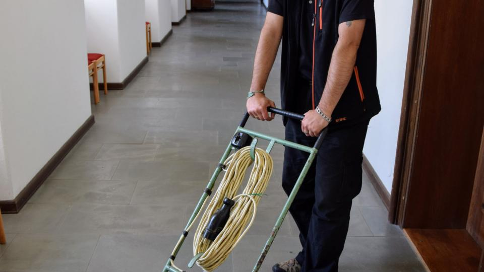 Václav Michalička se sekačkou na trávu vyrobenou v Tatře