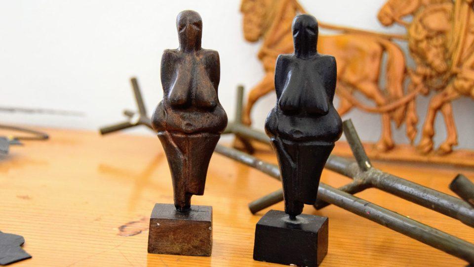 Kopie Věstonické Venuše vyrobená v Tatře (vlevo; vpravo sádrová soška zakoupená jako vzor pro odlitek)