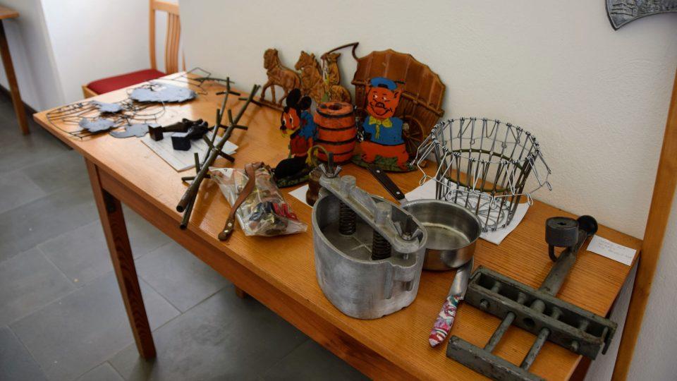 Část ze zhruba stovky předmětů sesbíraných na výstavu