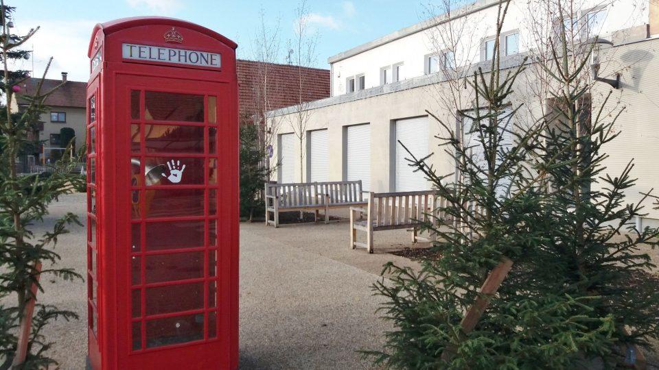 Nepřehlédnutelným symbolem Londýna je červená telefonní budka