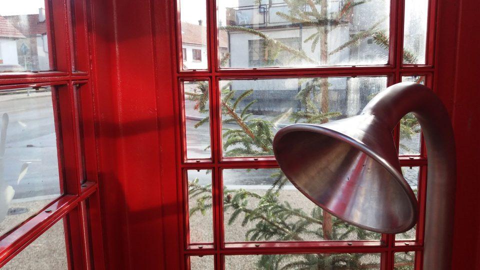 Z telefonní budky se dovoláte jen do opodál stojícího tlampače