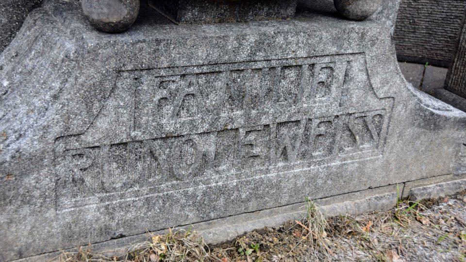 Nápisy na hrobce jsou vytesány v žule