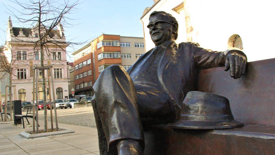 Ležérní posezení Josefa Škvoreckého na Masarykově náměstí v Náchodě