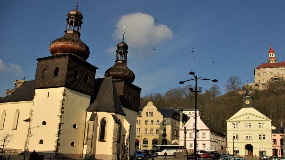 Masarykovo náměstí v Náchodě, vlevo je zrestaurovaný kostel sv. Vavřince, před ním Škvoreckého lavička