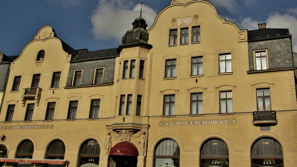 Městské divadlo Dr. Josefa Čížka a Hotel U Beránka na Masarykově náměstí, kde Danny snil nad bukvicovou kávou