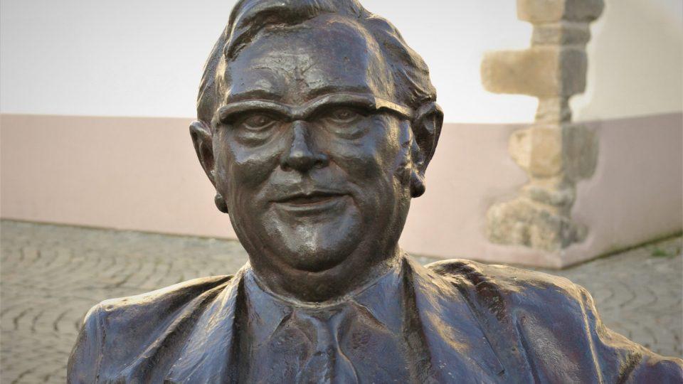 Nejtěžším oříškem při tvorbě sochy byly podle sochaře J. Faltuse brýle
