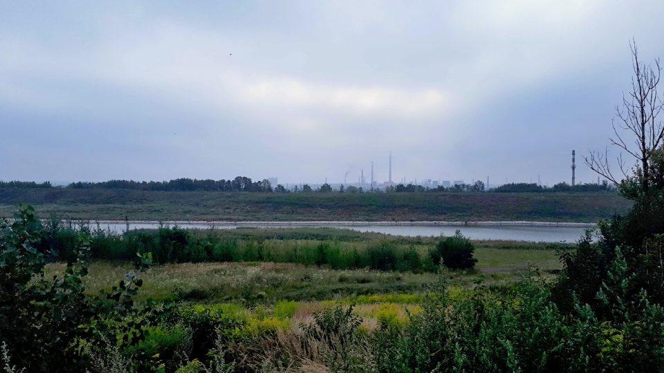 jezero_na_vrcholu_haldy_hrabuvka_a_typicke_ostravske_panorama.jpg